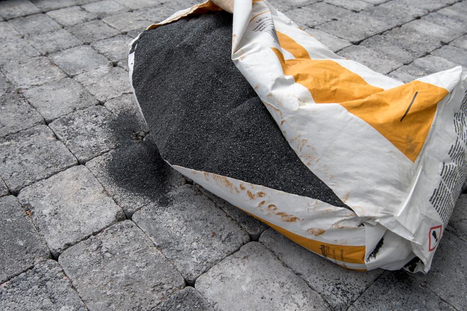 kasvihuoneen lattiaan mustaa saumaushiekkaa