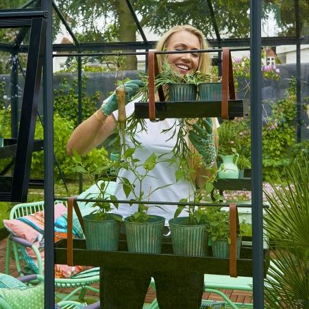 Kasvihyllykköön sisältyvät kuvan kaksi eri kokoista yrttihyllyä.